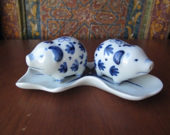 Blue and White Pig Salt and Pepper Shakers, Delft Blue, Set with Tray, Blue and White Floral Design, Salt, Pepper, Dispenser, Kitchen