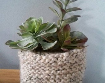 Knitted pot with flowers