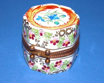 Beautiful Limoges France Feint Main Signed Octagonal Hinged Trinket/Pill Porcelain Box