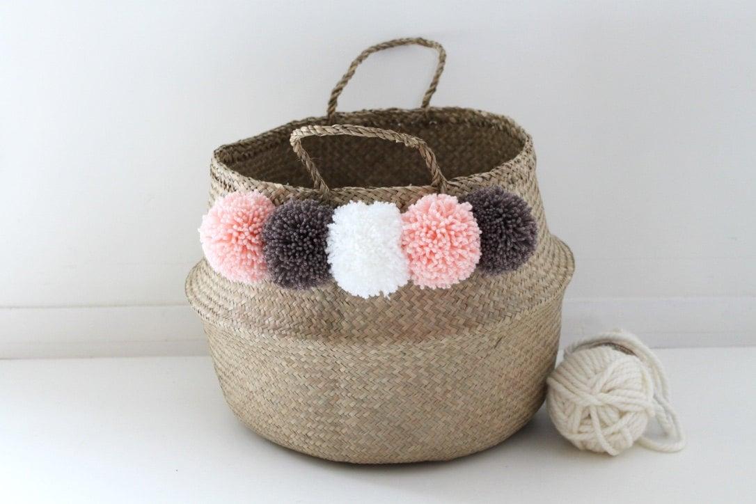 large panier tha landais pompons blanc rose p che et taupe. Black Bedroom Furniture Sets. Home Design Ideas