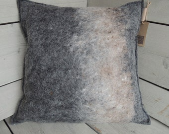 Unique pillow (handgevilt wool felt)