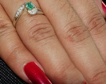 Lovely Gemstone Ring with an oval shaped green Emerald Sterling Silver 925 size 5.75 (GR455)