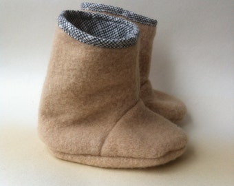 blanket baby booties pure woollen Juniper boots in natural ecru and black 12-18 months toddler 1T upcycled repurposed eco winter
