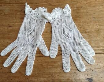 Vintage Crochet White Gloves With Flower Detail