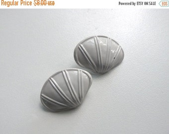 ON SALE 1980s White Seashell Earrings