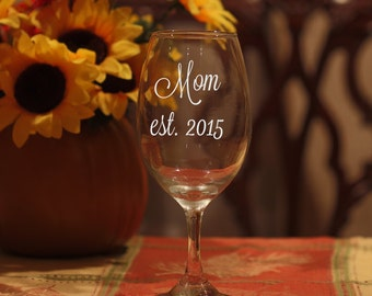 Mom Wine Glass, Etched Mom Glass, Gift for Mom, New Mom Gift, Christmas Gift for Mom, Mothers Day Wine Glass, Mothers Day Gift