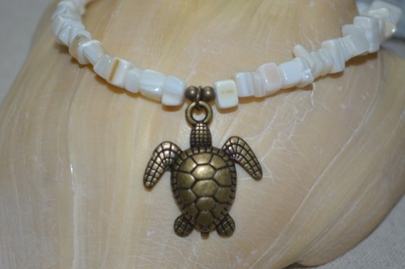 Necklace Sea Turtle, Mother of Pearl Necklace, Turtle Charm Necklace, Sea Turtle Charm on Mother of Pearl Necklace, Turtle Necklace