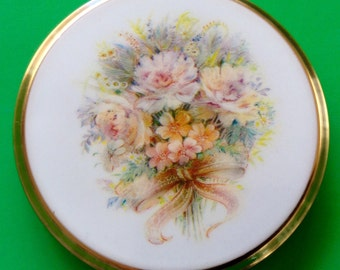 Vintage Stratton Powder Compact. Floral Bouquet tied with a Ribbon. Era 1980 's to 1990's. In good condition.