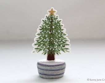 Mini embroidered christmas tree - white