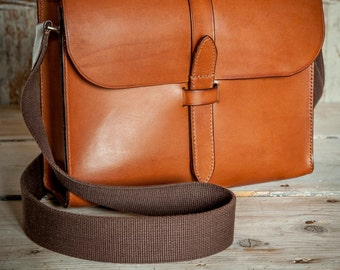Small Messenger Bag in Nut Brown