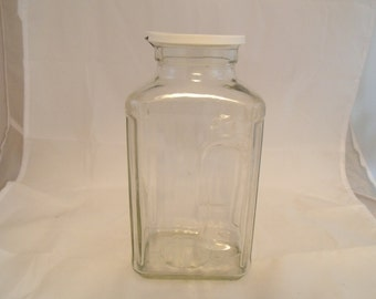 Refrigeragtor Water Jug with Lid, Molded Pour Spout and Hand-Hold 64 oz Vtg