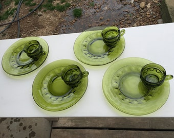 Vintage Avocado Green Thumbprint Design Snack Set with 4 Cups and 4 Plates