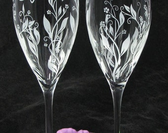 2 Personalized Champagne Glasses, Vine Dragonfly Wedding Decor, Gift for Couple, Bride and Groom