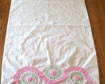 Vintage Crocheted Rose Pillowcase / Shabby Chic Vintage Pillowcase / Rose Chrochet Scalloped Opening / Vintage Bedding / Vintage Bedroom
