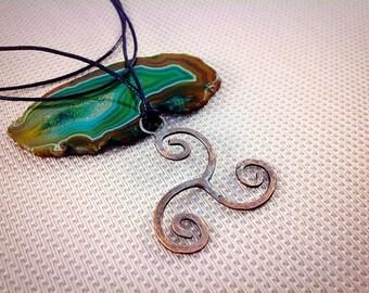 Triskelion pagano - Triskele cobre collar forjado - joyería Wicca - celta Viking - vikingos inspirado colgante