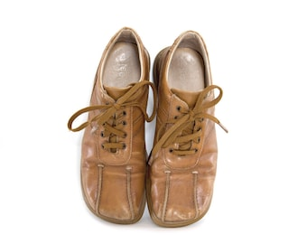 Vintage leather shoes. Caramel brown shoes. Lace up. Made in Romania by Feetfirst. Size 6 womens shoes.