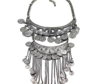 Stylish and elegant fringed necklace