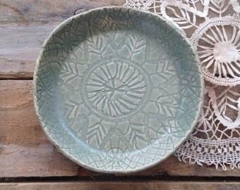 Ceramic glazed 'vintage lace' design dish