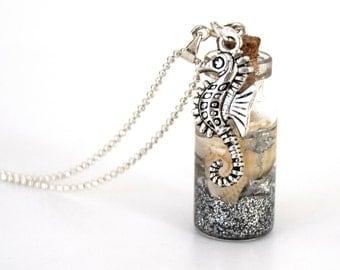 Pendentif fiole en verre plage argenté, pendentif bouteille en verre, vial, coquillage et sable,