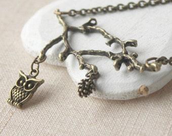 Hibou collier chouette sur une branche pendentif chouette bijoux en laiton vieilli chouette et le cône sur une branche et hibou collier un oiseau sur un collier de cône branche N95