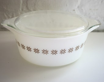 Pyrex Town and Country 2.5 Quart Casserole Dish White 475