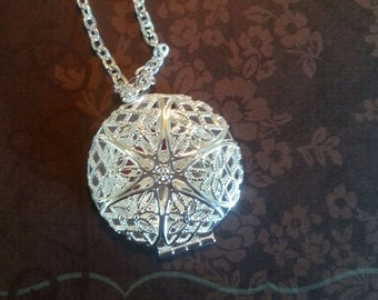 Silver Essential Oil Diffuser Pendant/Locket with FREE ESSENTIAL OIL sample