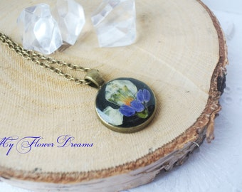 Pendant with real flowers- flower in resin-nature inspired