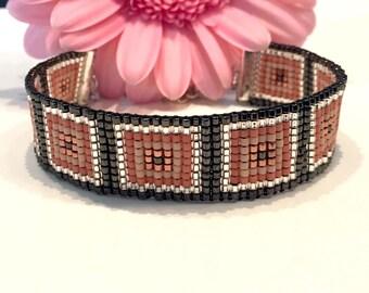 Hand-woven kralemarmband of Miyuki Delica beads.
