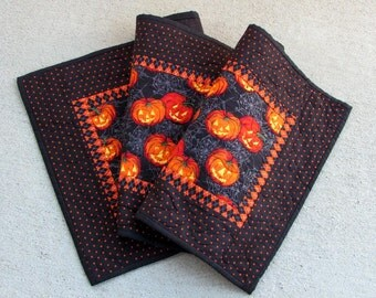 Halloween Table Runner with Pumpkins / Quilted Fall Table Runner / Halloween Table Topper / Fall Table Runner / Halloween Decor / Pumpkins