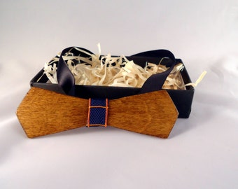 Wood bow tie, hand made.