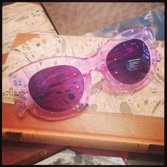 Retro sunglasses: 40's style model pink plastic and purple glass.