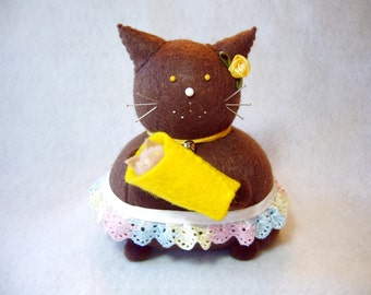 Mom and baby cat, Brown felt cat, Decorative pincushion, Gift for mom, New mommy, Baby shower gift, Sewing gift, Cute cat, Animal lover, MTO