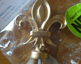 Mini Topiary Tree Topper in Gold Resin by Fiskars Fleur De Lis Design Finial for Floral Craft 2-Inches