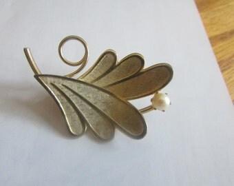 leaf pearl brooch