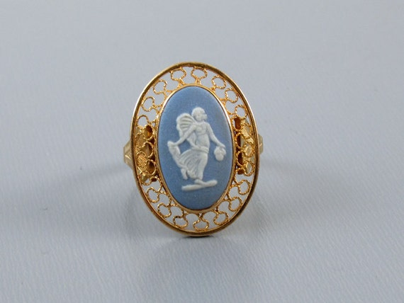 Vintage estate 14k gold Wedgwood England full body angel cameo blue jasperware ring, size 6