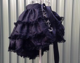 Burlesque lazo en blanco y negro con encaje negro falda - satén sedoso diseño cruzado medieval - bullicio