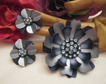 Vintage navy blue grey tones flower jewelry, big metal navy grey flower brooch matching clip earrings, blue crystals blue grey flower jewels