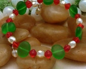 Bracelet of green flat ovals with red and cream accents, large, 1 loop memory wire