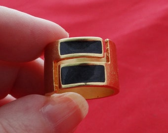 Vintage NOS new old stock gold tone ring with black center in unworn condition, size 6.5