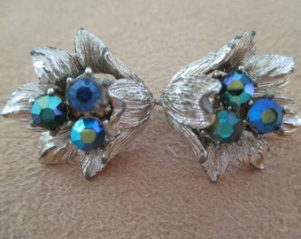VINTAGE COSTUME JEWELRY  /  Rhinestone flower earrings