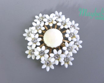 Vintage 50s White Flower Brooch - 1950s Thermoset and Rhinestone Flower Cluster Brooch or Pendant
