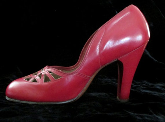 Awesome 1940's red Baby Doll Pumps vintage high heels pinup girl rockabilly Hollywood Glamor size 7 & 1/2 Med US