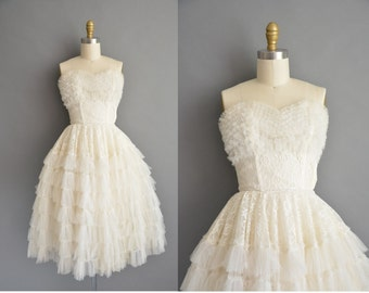 50s wedding dress. Strapless 1950s white ivory lace tulle vintage dress for bride. Vintage 50s bridal sweetheart dress with layered tulle