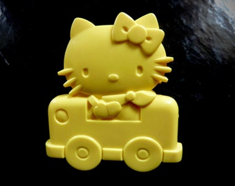 Sanrio / Hello Kitty 70's Vintage Yellow Plastic Clip / 1976 / Collectible