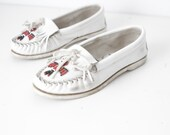 MINNETONKA moccasin women's SIZE 8 white beaded red and black vintage slip on shoes