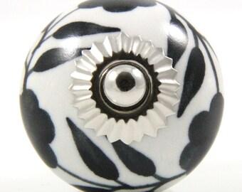 Round ceramic knob with winding black flowers 4cm BW016