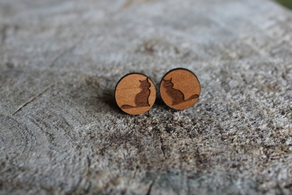 mignonnes puces en bois petit chat cute studs earrings. Black Bedroom Furniture Sets. Home Design Ideas