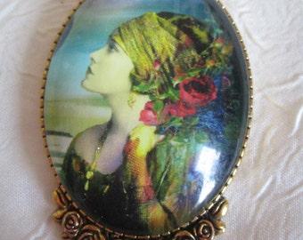 """Broche métal doré """"Une ravissante jeune femme au foulard"""""""