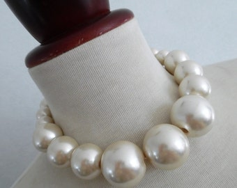 Pretty Pearls . Chunky Giant Huge Beads Necklace 80s Superb 50s-Pinup-Style