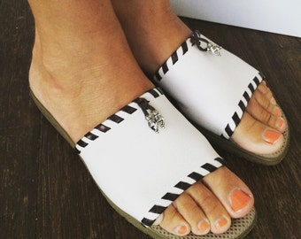 Vintage 90s White Pebbled Leather with Dark Brown Contrast Stitching w/ Southwestern Dangle Slides Sandals Mules Size 6